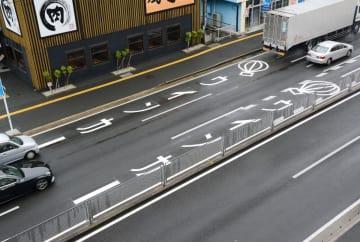 運転手に早めのウインカー(合図)を注意喚起する道路標示=佐賀市の佐賀北警察署前交差点付近 ※佐賀国道事務所4階から撮影