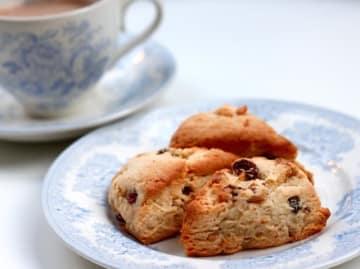 ホットケーキミックスを使い、焼き時間も含めて30分でできるくるみとレーズンのスコーンのレシピです。ミルクティーにも、コーヒーにも合うホームメイドをお楽しみください。