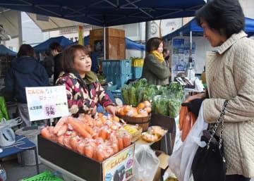 県内外から飲食や農産物の販売ブースが並び、農家自ら店頭に立って販売した=佐賀市呉服元町の656広場