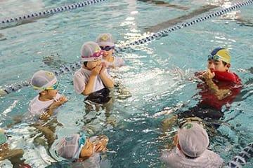 水の事故 助かる方法学ぶ 富山で着衣水泳体験