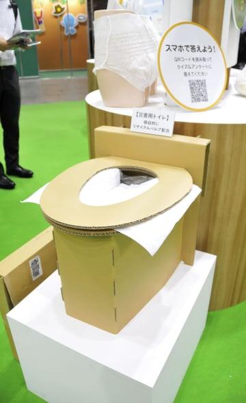 紙おむつのリサイクルパルプなどから作った災害用トイレ=6日、東京都江東区