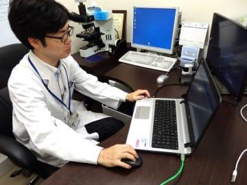 がん遺伝子検査を担当する加藤医師=横浜市大付属病院
