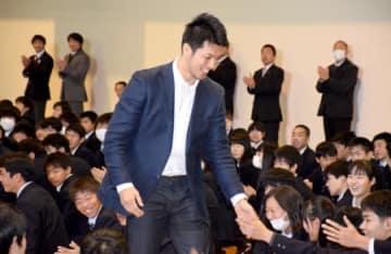 母校の後輩たちと笑顔で握手する村田諒太(京都廣学館高)