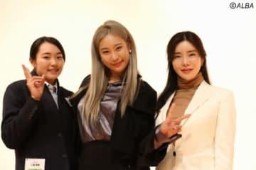合同セミナーに参加した三浦桃香(左) 中央はユ・ヒョンジュ、右はアン・シネ(撮影:ALBA)