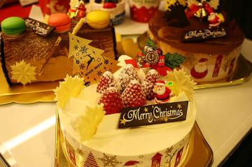 パティシエがひとつひとつ手づくり、ことしはちょっとリッチなブールミッシュのクリスマスケーキを