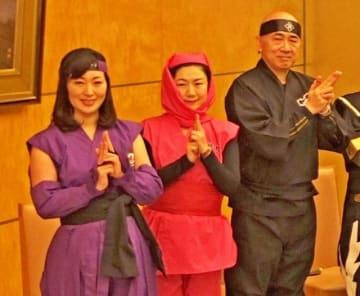 地元小田原の「風魔忍者」に扮した牧島氏(中央)=12日午後、首相官邸