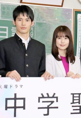 連続ドラマ「中学聖日記」主演の有村架純さん(右)と共演の岡田健史さん