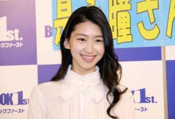 カレンダーの発売イベントを開催した是永瞳さん