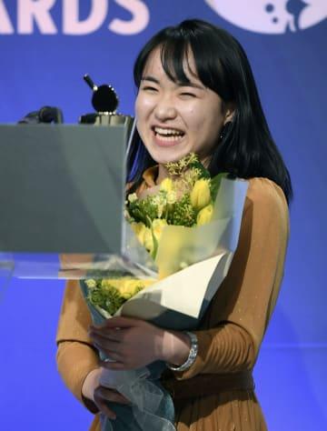 国際卓球連盟の年間表彰式で、世界選手権団体戦の女子の最優秀選手に選ばれ笑顔の伊藤美誠=12日、仁川(共同)