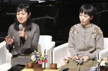 ソウルで講演する作家の角田光代さん(左)と小川糸さん=12日(共同)