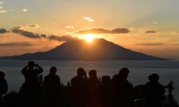 桜島山頂で輝く夕日=霧島市福山の中茶屋公園
