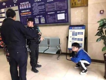 女子トイレに進入の中国の男、のぞき見中に見つかり閉じ込められる