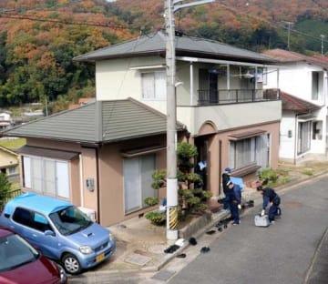 広島南署の警部補2人が刺された民家を調べる捜査員(11月27日)