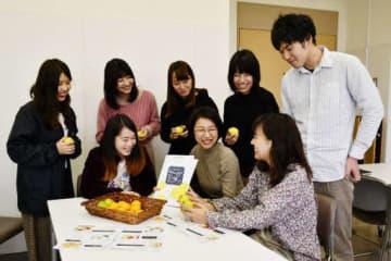 収穫支援を楽しみに待つ県立広島大健康科学科の学生