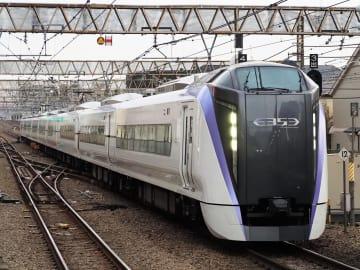 特急「富士回遊」に使われるJR東日本の新型車両E353系=11月、東京都武蔵野市