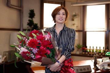 連続ドラマ「リーガルV~元弁護士・小鳥遊翔子~」のクランクアップを迎えた米倉涼子さん =テレビ朝日提供