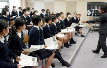 中学校の教諭(右)から音楽の授業を受ける小学6年生=合志市