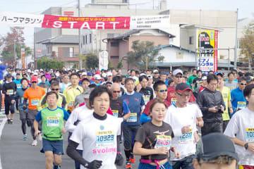 スタートを切るハーフマラソンの部=加須市の加須郵便局付近