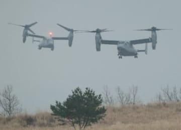 日米共同訓練で陸上自衛隊日出生台演習場を低空で飛行するオスプレイ=12日午後2時54分
