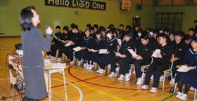 牟田税務広報広聴官の説明に耳を傾ける白老中の生徒たち
