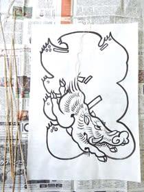 干支凧作りの材料は和紙、5本の竹ひご、たこ糸など。和紙の下絵は笹山代表が熟練の技で描いた