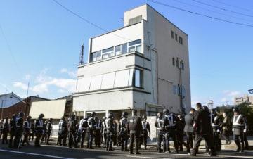 任侠山口組の会合場所とみられる建物周辺で警戒に当たる長野県警の機動隊員ら=13日午前、長野県上田市
