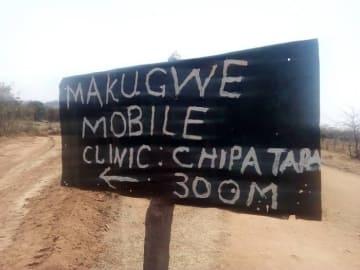 国境なき医師団(MSF)のアウトリーチ拠点を示す看板。移動診療所までの距離が示されている。© Gloria Ganyani