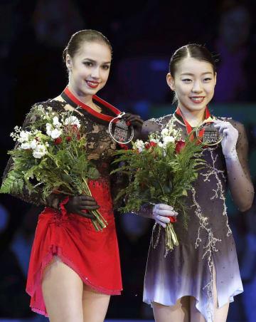 グランプリファイナル表彰式で紀平梨花選手と並び、笑顔を見せるアリーナ・ザギトワ選手(左)=バンクーバー(共同)