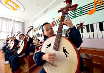 学校で伝統楽器に触れる 河北省邯鄲市