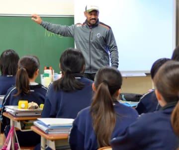 英語の授業で生徒の質問に答えるクボタスピアーズのオツコロ選手
