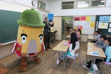 「逸見エモン」から横須賀の日本遺産について学ぶ子どもたち=横須賀市立沢山小学校