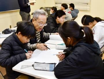 松戸市のNPO法人が運営する自主夜間中学校で学ぶ生徒ら=松戸市