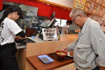 午前10時ごろ来店し、ラーメンを注文する客=徳島市沖浜3のバリ旨製麺