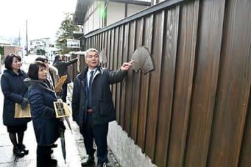 情緒あふれる黒板塀整備 上山・市民有志が山城屋に
