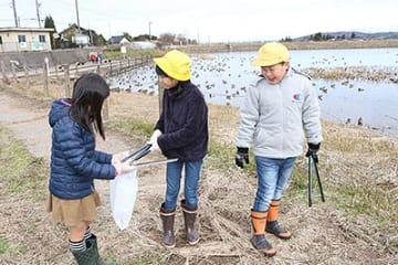 田尻池でゴミ拾い 池多小学校「白鳥探検隊」