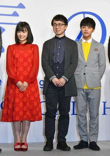 「天気の子」の製作発表記者会見に登壇した(左から)森七菜さん、新海誠監督、醍醐虎汰朗さん=13日午後、東京都内のホテル
