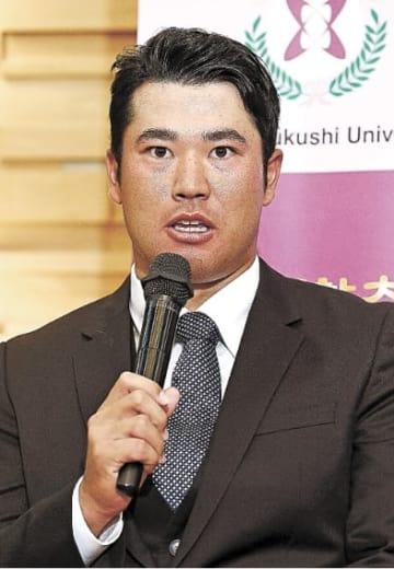 記者会見するプロゴルファーの松山