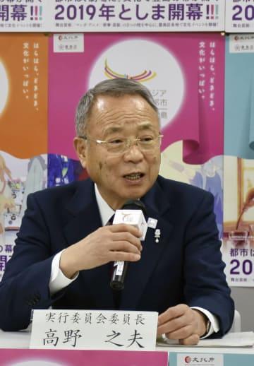記者会見する東京都豊島区の高野之夫区長=13日午後、豊島区役所