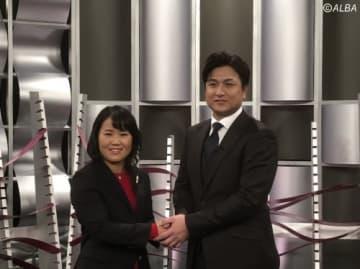 がっちりと握手をかわす畑岡奈紗(左)と高橋由伸氏(撮影:ALBA)