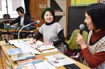 「朗読の時間」の公開生放送で、ゲストとの会話を届ける浜本麗歌さん(中央)=姶良市の椋鳩十文学記念館