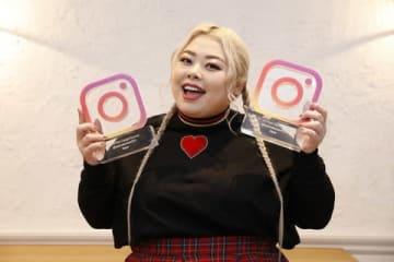 「#MVI 2018」の「フォロワー部門」と「エンゲージメント部門」に選ばれトロフィーを手にする渡辺直美さん