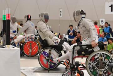 観客の前で熱戦を繰り広げる車いすフェンシングの選手たち(京都市左京区・グランドプリンスホテル京都)