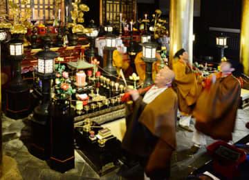 上体を揺らしながら「モーダナンマイトー」と唱え、堂内を回る僧侶(13日午後4時14分、京都市東山区・六波羅蜜寺)
