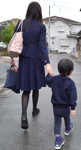 三男(右)を幼稚園に送るため、広島市内の自宅から駐車場に向かう女性県議(6日)
