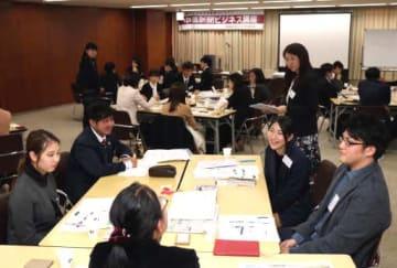 新聞を仕事に活用した事例を発表し合う参加者