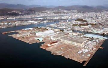 広島県と三菱重工業が連携して産業用地を整備する広島製作所江波工場=手前中央(11月29日)