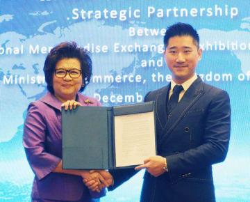 キンワイ・グループとの業務提携を発表したDITPのバンジョンジット局長(左)=13日、バンコク(NNA撮影)