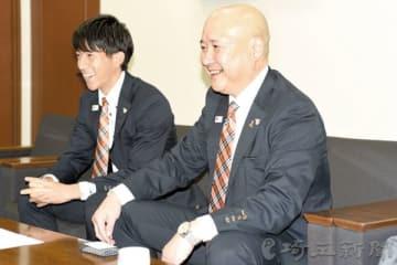 今季の報告をする大宮の(右から)森正志社長とMF奥抜侃志=13日午後、さいたま市北区の埼玉新聞社