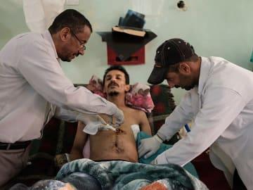 モハマドさん(25歳)は結婚式の最中に被弾。弾は腹部を貫通した © Matteo Bastianelli