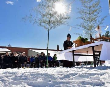 雪の積もったゲレンデで行われた安全祈願式典